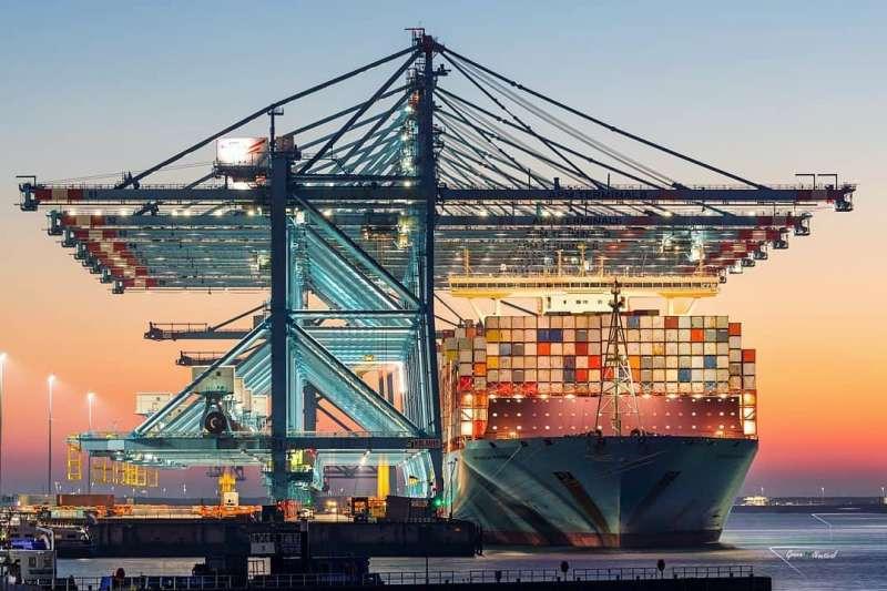 滿載貨櫃的巨型輪船,在投資人眼中看來都是賺錢機會(圖片來源:Maersk Instagram)
