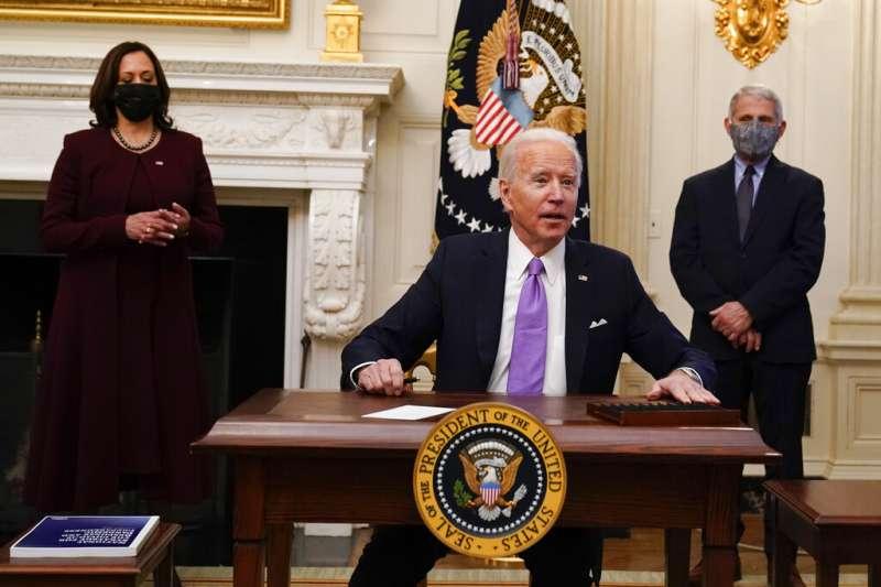 1月21日,美國總統拜登簽署10道有關新冠肺炎防範的行政命令。副總統賀錦麗、總統首席醫療顧問佛奇也在場。(AP)