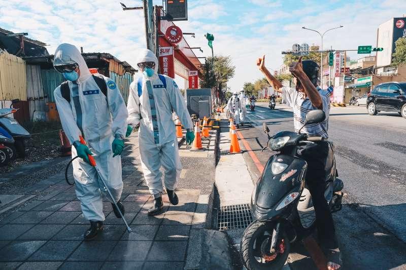 20210122-疫情延燒,陸軍化學兵近日在桃園醫院跟周邊鄰里消毒。(軍聞社提供)