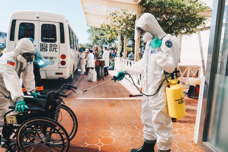 疫情延燒,陸軍化學兵近日在桃園醫院跟周邊鄰里消毒。(軍聞社提供)