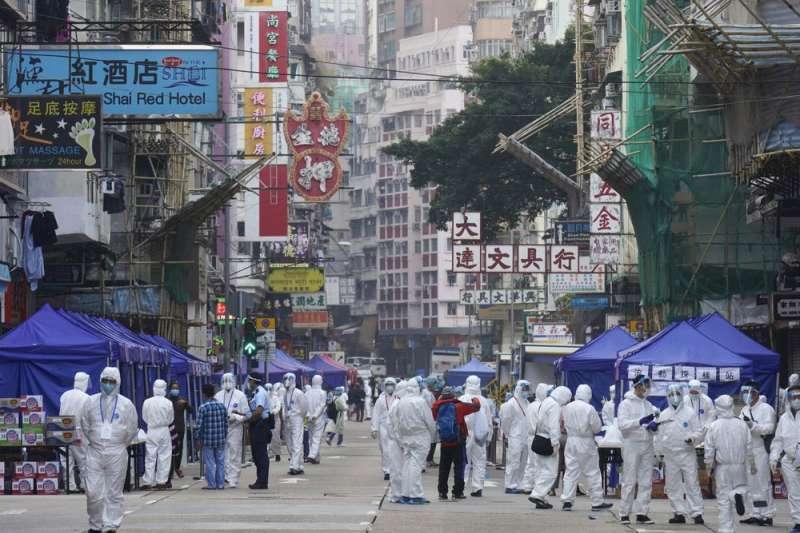 北京對香港的管控及影響越來越大,但在成本的考量上,許多金融機構仍未放棄香港。(示意圖,AP)