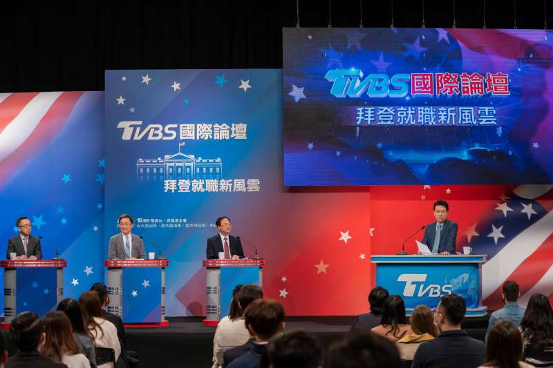 TVBS與長風基金會23日舉辦「拜登就職新風雲」論壇,由媒體人趙少康、台北論壇董事長蘇起、長風基金會董事長江宜樺、台大政治系莫內講座教授蘇宏達對談。(長風基金會、TVBS提供)