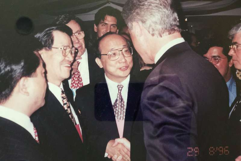 前駐美大使胡志強在臉書秀出一張照片,是他在1996至1997年擔任駐美代表期間,介紹前副總統蕭萬長與美國總統柯林頓見面的留影。(取自胡志強臉書)