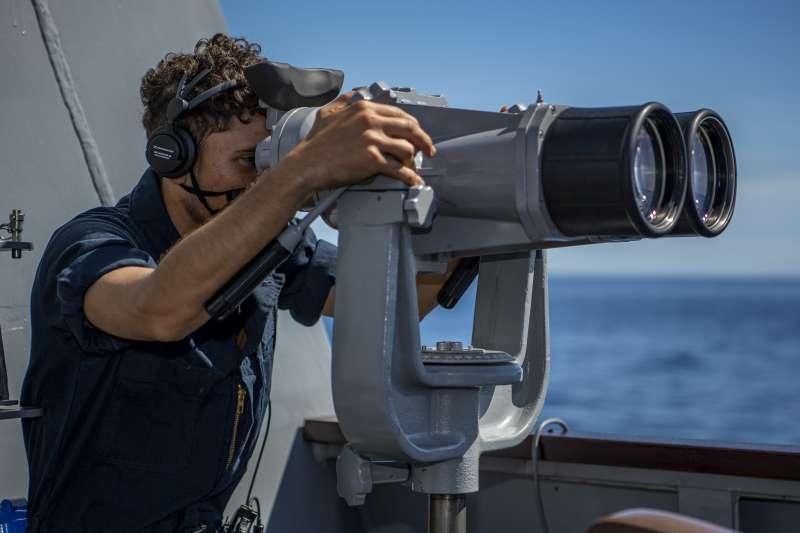 美軍羅斯福號航空母艦的士兵在巡弋南海時觀測海面。(美國海軍官網)