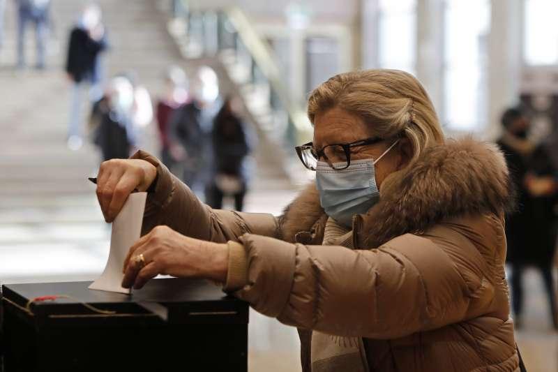 1月24日,葡萄牙在疫情陰影下舉行總統大選,首都里斯本一名戴著口罩的選民投票(美聯社)