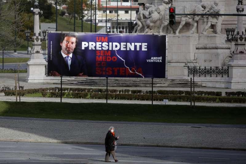 1月22日,葡萄牙首都里斯本街頭,一名行人後方是極右翼總統候選人溫圖拉的宣傳布條(美聯社)