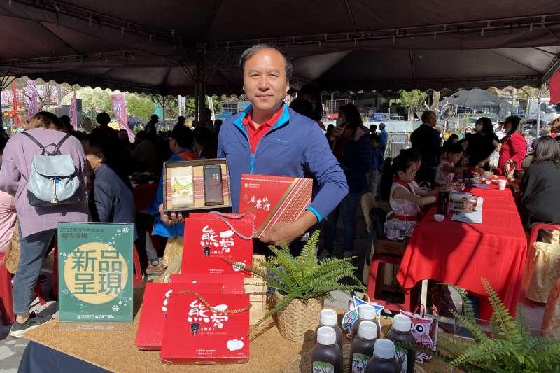 信義鄉農會梅子夢工廠廠長張志雄說明以在地原民特色結合茶跟米的布農好禮-茶米香。(圖/王秀禾)