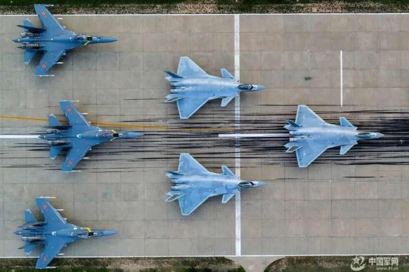 中國空軍的殲-20與殲-16。(中國軍網)