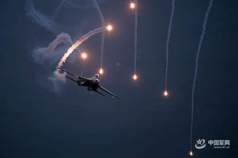 中國空軍的殲-16正在施放干擾彈。(中國軍網)