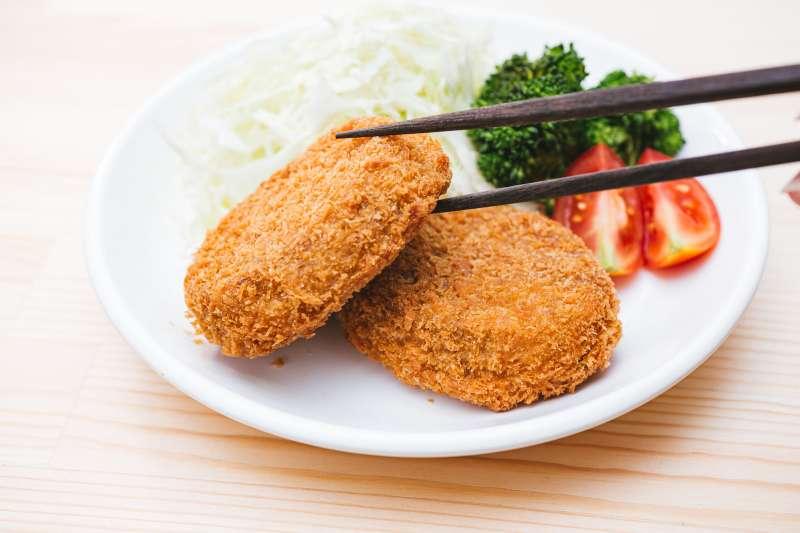 除了素肉,台灣現在也自行研發了植物肉,除了標榜營養價值高外,裡頭也不含動物激素、膽固醇、抗生素、基因改造、防腐劑等有害健康物質。(圖/取自PAKUTASO)