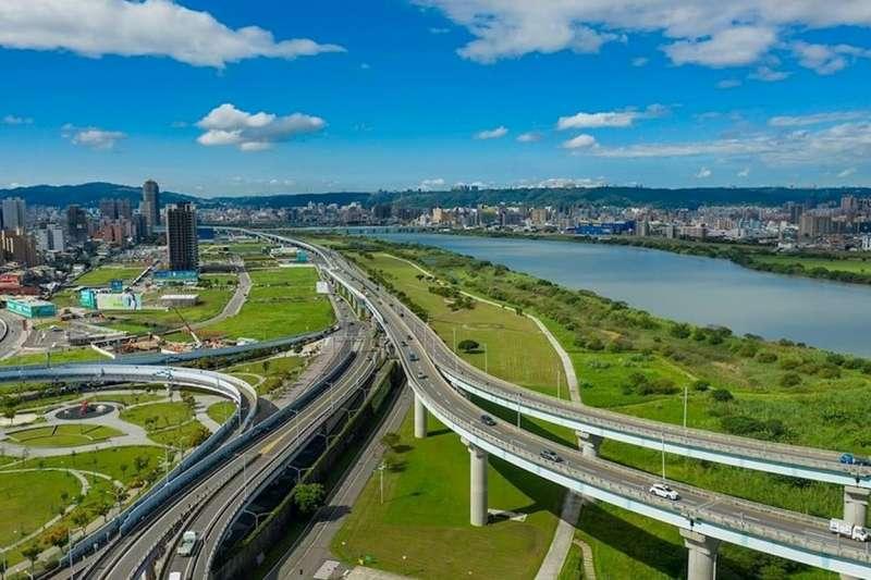 五股洲子洋重劃區周邊有國道一號及台64、65線快速道路,開車約15分鐘可以到台北市。(圖/富比士地產王提供)