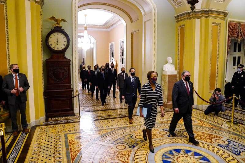 9名美國聯邦眾議院的彈劾處理員(impeachment managers)25日傍晚神情肅穆地走到參議院,親自遞交了川普的彈劾狀。(美聯社)