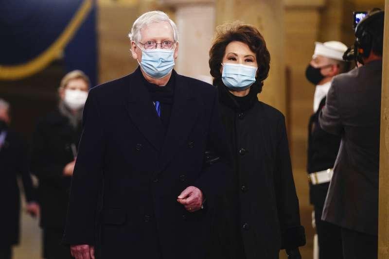 參院共和黨領袖麥康奈爾與他已經辭官的妻子趙小蘭。(美聯社)