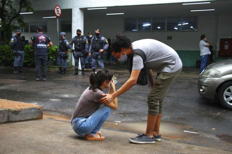 新冠病毒在巴西亞馬遜州首府瑪瑙斯(Manaus)嚴重肆虐,當地除了醫療崩壞,相關資源幾乎都已經見底。一名女子因為父親在醫院無法受到良好照顧,難過的當街哭泣。(美聯社)