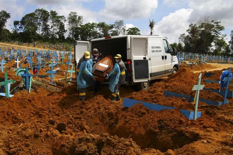 新冠病毒在巴西亞馬遜州首府瑪瑙斯(Manaus)嚴重肆虐,工作人員正在墓地準備為一名89歲的新冠死者下葬。(美聯社)