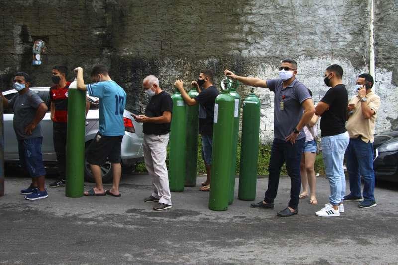 新冠病毒在巴西亞馬遜州首府瑪瑙斯(Manaus)嚴重肆虐,包括氧氣瓶等物資都只能靠外地支援、限量配給。(美聯社)