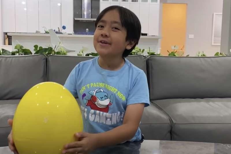 年僅9歲的瑞安連3年拿下全球YouTuber收入排行冠軍。(翻攝影片)