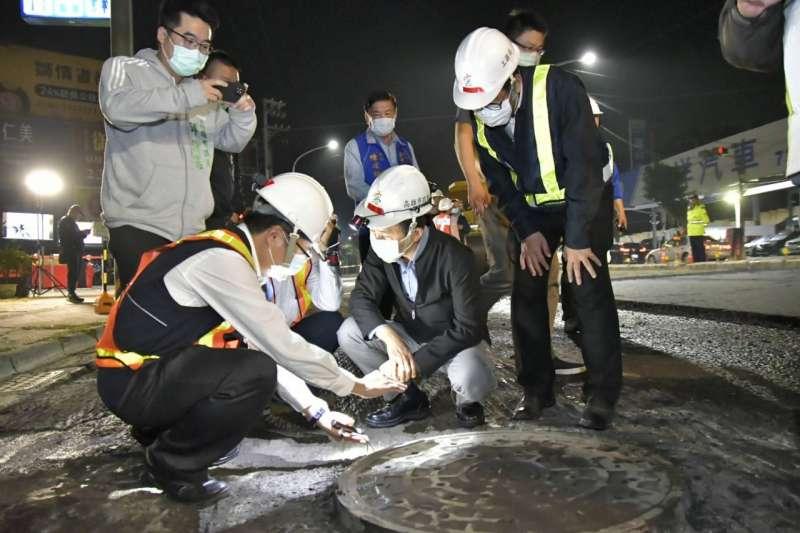 高雄市林欽榮副市長特別前往視察神農路夜間道路刨鋪工程,並聽取施工團隊簡報。(圖/高雄市工務局提供)