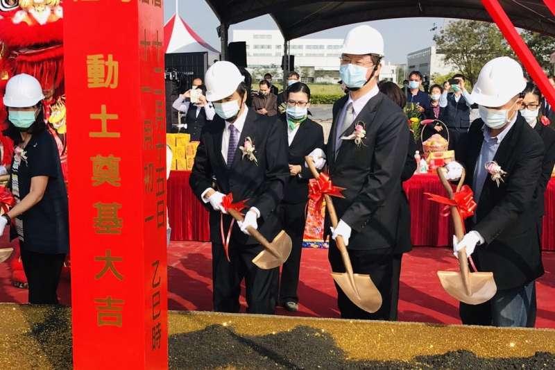 高雄市副市長羅達生(中右)與公準董事長蘇友欣(中左)去年底共同為新廠動土。(圖/高雄經發局提供)