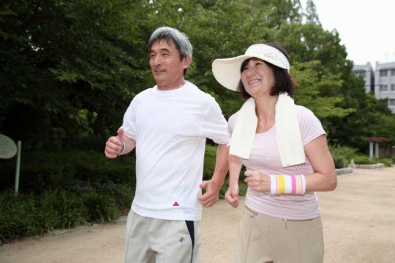 許多中老年人活動筋骨時,選擇在公園走路、甩手、拍打,但其實這樣做對於肌肉的幫助不大。(圖/photoAC)