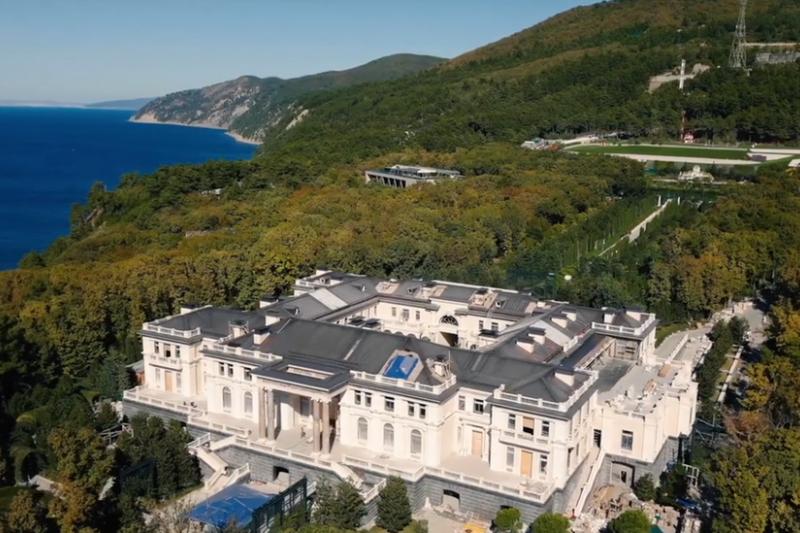 俄羅斯反對派領袖納瓦爾尼(Alexei Navalny)發佈一段名為「普京的皇宮」的片段。該影片宣稱別墅裏邊有一個賭場、滑冰場和葡萄園,由一些與普京關係密切的富商興建。(翻攝YouTube)
