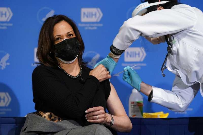 美國副總統賀錦麗接受新冠疫苗注射。(美聯社)