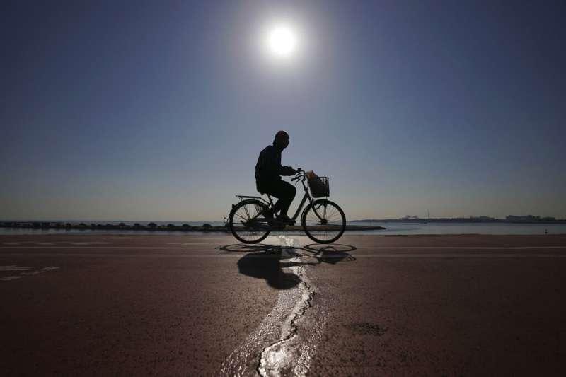 書中寫道,伊瓦爾沒去注意在防波堤的底端,水天連成一線,他只顧著賣力騎著腳踏車在這港口的唯一大道上一路前進。(示意圖,美聯社)
