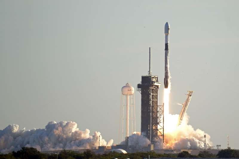 SpaceX從甘迺迪太空中心39號發射台發射的獵鷹九號火箭。(AP)