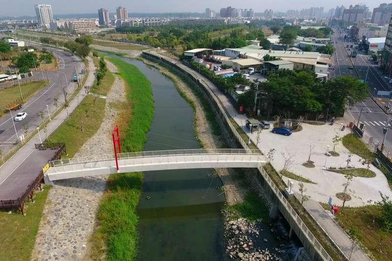沿線設置人行景觀橋1座、親水步道、景觀節點,可提供市民一處良好休閒遊憩場所。(圖/高雄水利局提供)