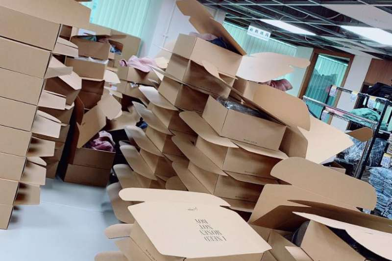 農委會農糧署10日指出,受到武漢肺炎疫情影響,許多農產通路轉為銷往國內,紙箱數量使用龐大,加上國外紙漿價格上揚,使得部分農民無紙箱可用。(圖片來源:周品均粉絲專頁)