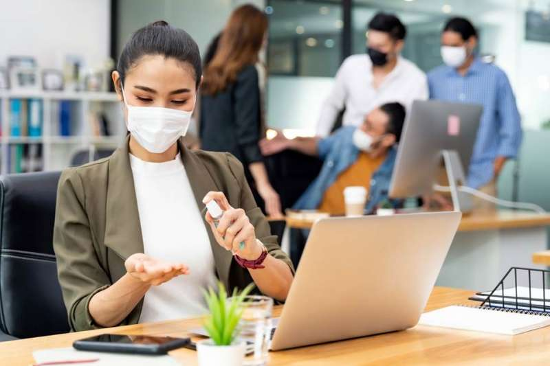防疫請假可以領薪水嗎?勞工防疫補助、申請方式一次整理告訴你。(圖/Shutterstock)