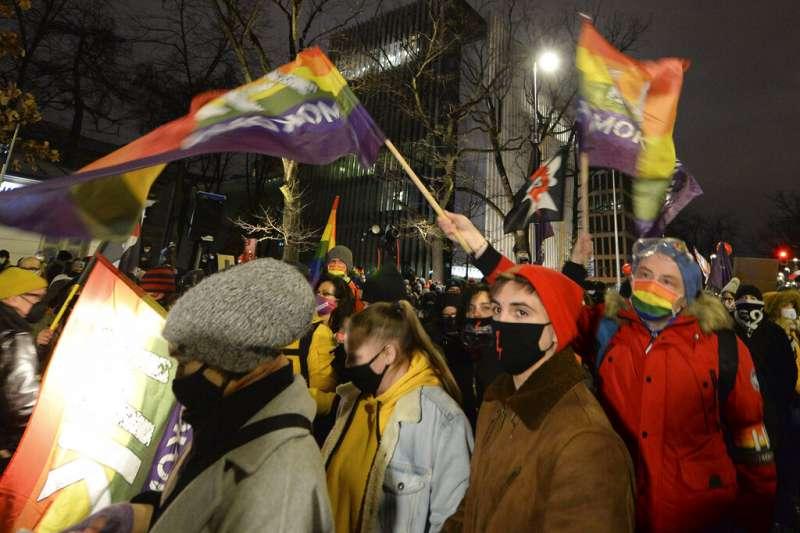 波蘭最高法院憲法裁決1月27日生效,幾乎全面禁止婦女的墮胎選擇權利。成千上萬反對民眾在首都華沙街頭抗爭。(AP)