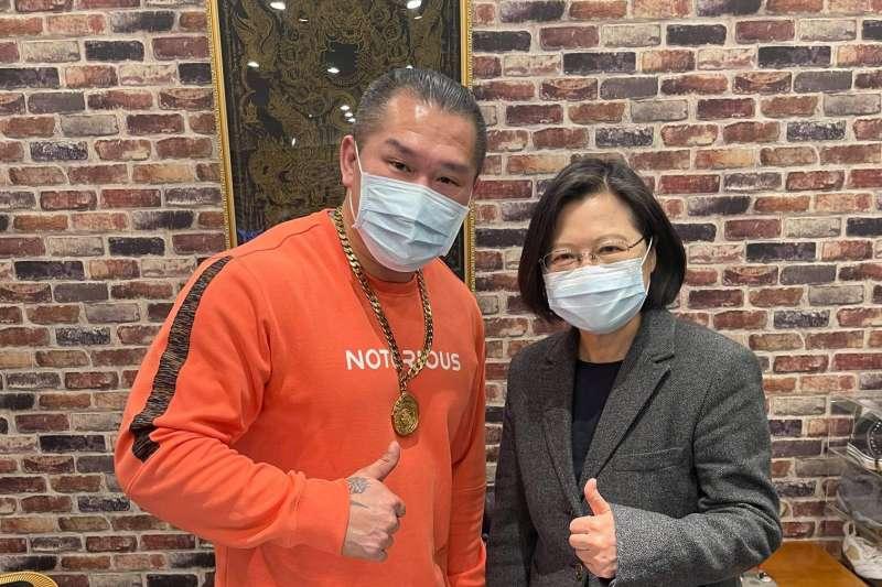 日前遭到槍擊的網紅「館長」陳之漢(左)29日在臉書貼出與總統蔡英文(右)的合照,並感謝總統前來探望。(取自館長臉書)