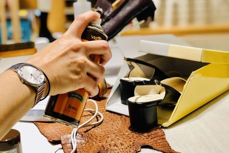 防疫期間建議區分室內、外鞋,家中如有多餘的舊鞋盒,可以再利用自製環保鞋架(圖片來源:阿瘦皮鞋)