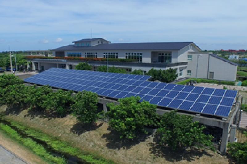 楠梓污水處理廠頂樓太陽光電發電系統。(圖/高雄水利局提供)