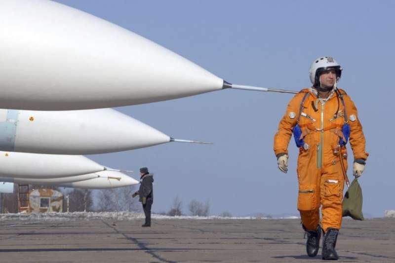一名飛行員走過在俄羅斯一個空軍基地的停放的蘇-27戰鬥機。(美國之音)