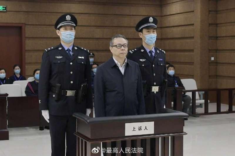 被控受賄人民幣17.88億元(約新台幣77億元)的前中國華融資產管理公司董事長賴小民(前中)被判死刑,歷時僅短短24天。(圖取自weibo.com/zuigaofa)