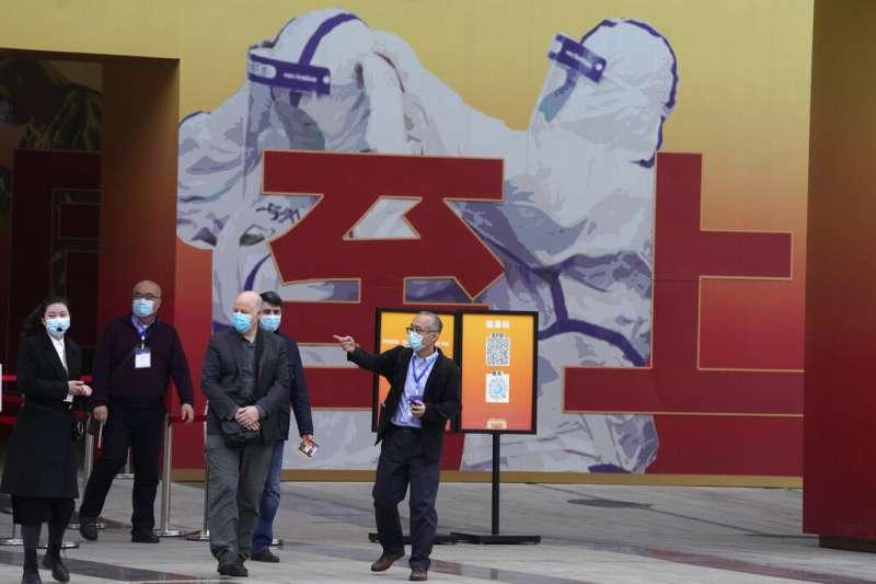 世界衛生組織(WHO)溯源團隊成員參觀中國抗疫成就展。(AP)