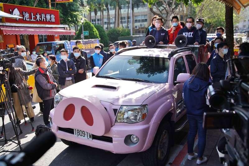 20210130-國民黨30日舉辦反萊豬、要公投雙公投連署宣講活動,圖為粉紅豬宣傳車。(盧逸峰攝)