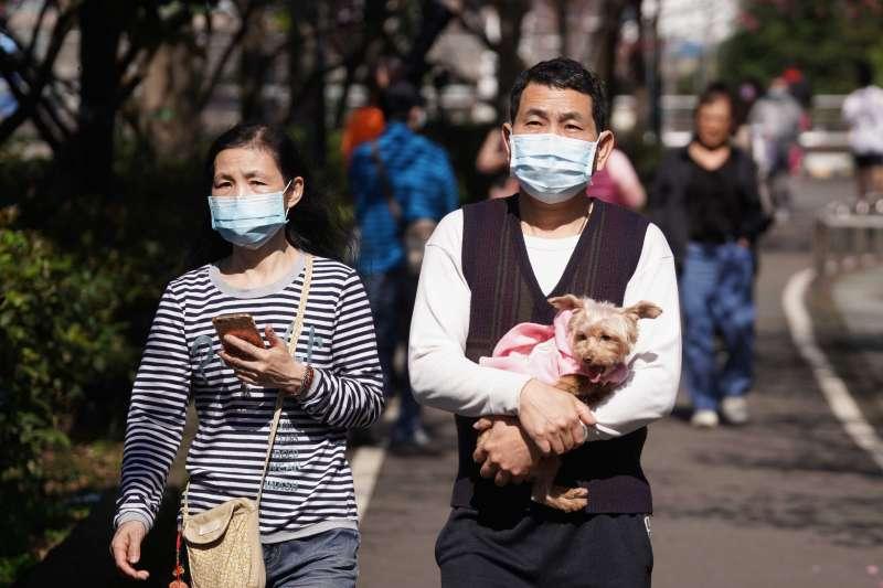 20210131-中央流行疫情指揮中心宣布秋冬防疫專案將持續,民眾出遊落實戴口罩防疫。(盧逸峰攝)