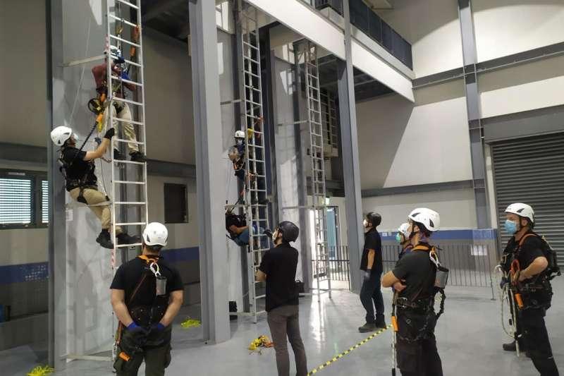 第一梯次新尖兵學員實訓畫面(GWO基本安全培訓-WAH高空作業)。(圖/金屬中心提供)
