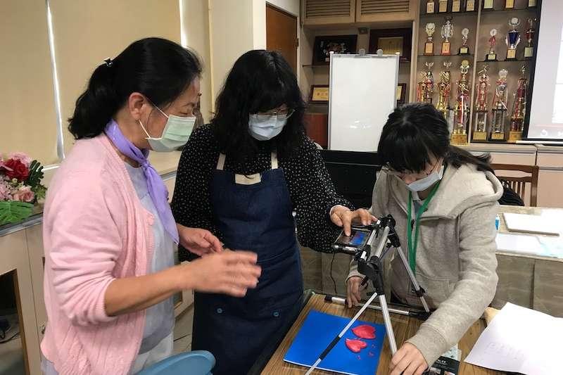 台中市政府在霧峰區吉峰國小舉辦「2021兒童動畫種子教師培力工作坊」,帶領國小老師們學習動畫製作技巧。(圖/臺中市政府提供)