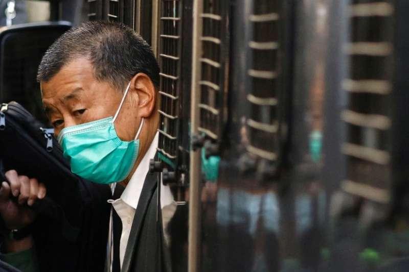 香港終審法院外黎智英被押下囚車。(BBC中文網)