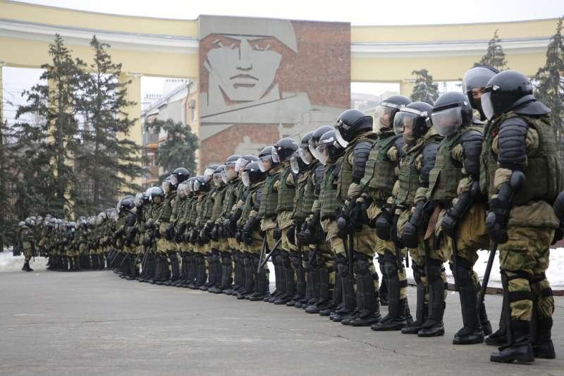 警方在伏爾加格勒(舊名史達林格勒)的廣場部署重兵,對聲援反對派領袖納瓦爾尼的抗議行動嚴陣以待。(美聯社)
