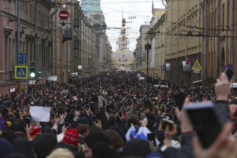 俄國聖彼得堡1月31日有大批民眾上街抗議,聲援遭關押入獄的反對派領袖納瓦爾尼。(美聯社)