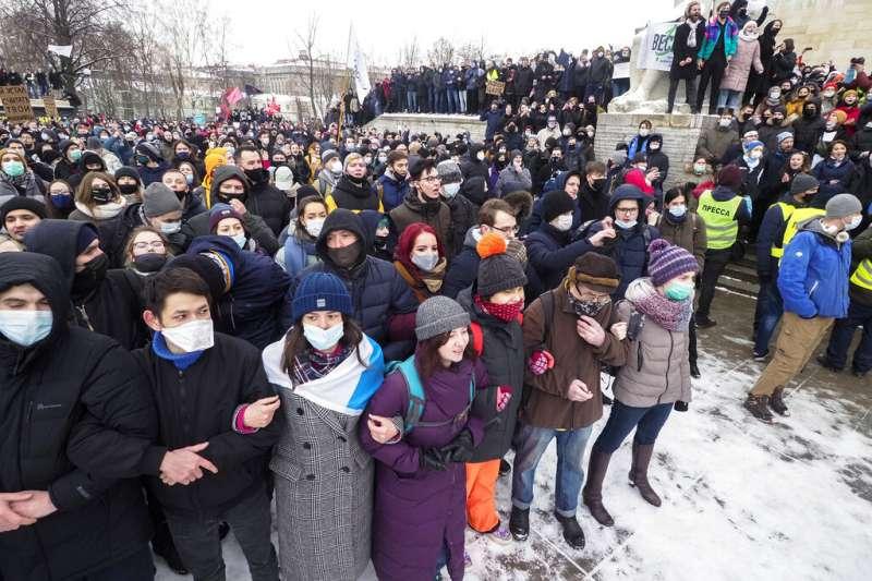 數以千計的示威者1月31日走上聖彼得堡街頭,聲援遭到關押的反對派領袖納瓦爾尼。(美聯社)