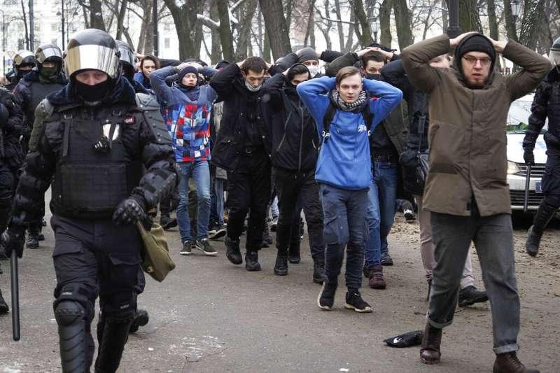 俄國警方強力鎮壓聖彼得堡的示威活動,並且逮捕多位參與者。(美聯社)