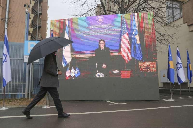 2021年2月1日,以色列與科索沃透過視訊宣布建交,科索沃外長哈拉迪那伊-史圖布拉致詞(AP)