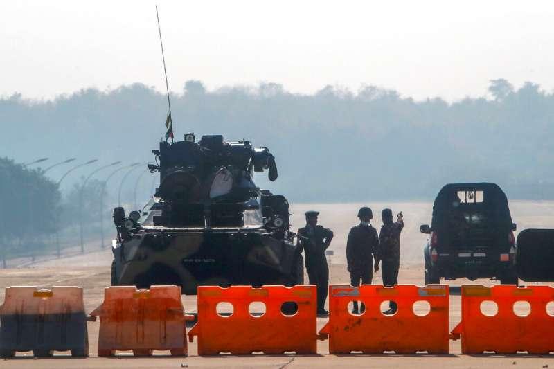 緬甸軍方在通往國會的道路上設下路障。(美聯社)