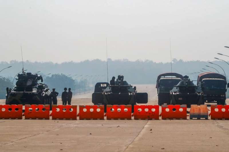 緬甸軍方在通往國會的奈比都道路上設下路障。(美聯社)